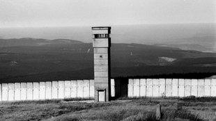 Grenzbefestigungsanlagen mit Wachturm an der ehemaligen deutsch-deutschen Grenze auf dem Brocken.