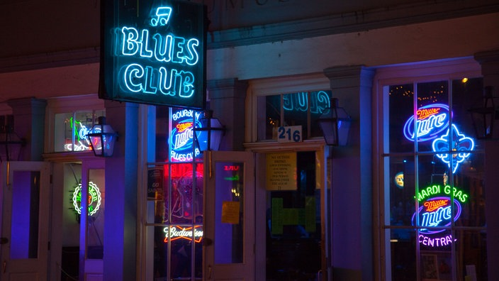 Ein Blues Club an der Bourbon Street in New Orleans.