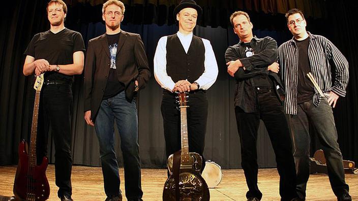 """Walter Freter y su banda """"Juke y el porro azul"""" en el escenario."""