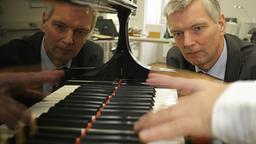 Prof. Eckart Altenmüller betrachtet den feinmotorischen Fingerablauf eines Pianisten beim Spielen.