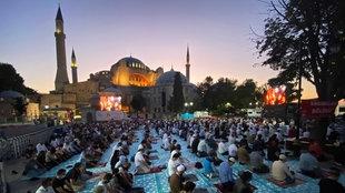 Betende Muslime vor der Hagia Sophia