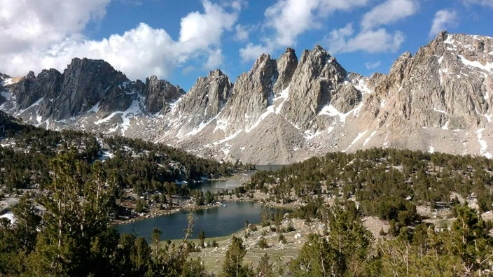 Berge und See im Kings Canyon National Park