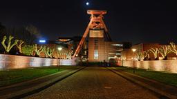 Die Zeche Zollverein beleuchtet bei Nacht.