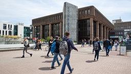 Studentinnen und Studenten vor Gebäuden der Ruhruniversität Bochum