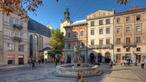 Historischer Platz mit Brunnen.