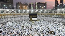 Die Kaaba, das quadratische Gebäude in Mekka, das jedes Jahr während der Pilgerfahrt umrundet wird.