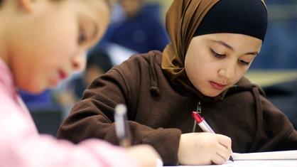 Muslimische Kinder nehmen am Islamkunde-Unterricht teil.