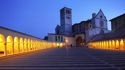 Angestrahlte Kirche in Assisi.