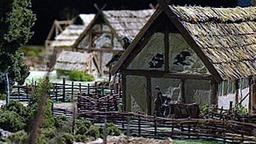 Auf dem Bild ist ein Modell einer germanischen Siedlung zu sehen, die aus mehrerer Langhäusern und Lagerhäusern besteht.