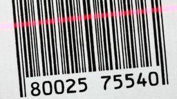 Ein Strichcode (Barcode) wird mit einem roten Scanner-Licht erfasst