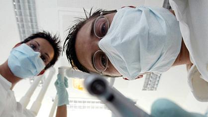Odontólogo y asistente dental desde la perspectiva del paciente.