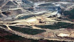 Luftbild einer riesigen Mine.