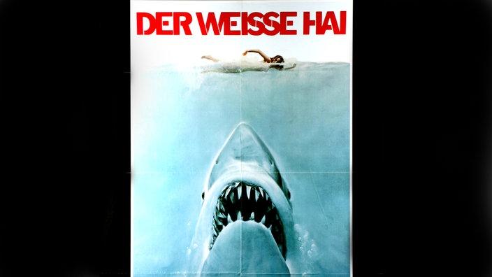 """Póster de película de """"El tiburon blanco"""": Un tiburón pintado se acerca a un nadador desde abajo con la boca abierta."""