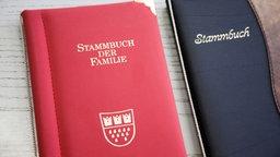 Ein zugeklapptes Familienstammbuch.