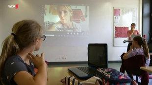 Ein Klassenzimmer während einer Videokonferenz