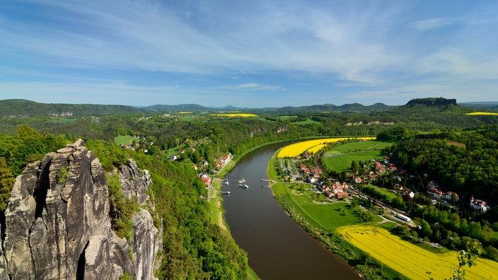 Blick über einen Felsen des Elbsandsteingebirges auf die Elbe
