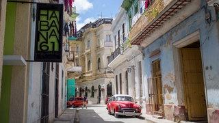 kubanische Gasse mit Auto und einem Habana-Restaurant.