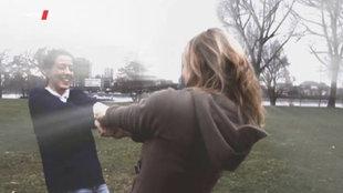Zwei Frauen halten sich an den Händen und drehen sich lachend im Kreis