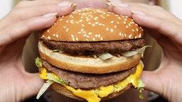 Frau beißt in Hamburger