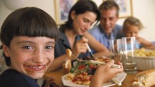 Eine Familie beim gemeinsamen Essen