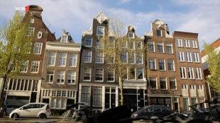 Typische Häuserzeile in an einer Amsterdamer Gracht