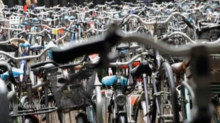 Hunderte Fahrräder nebeneinander