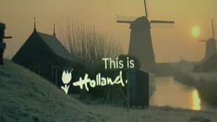 """Werbeanzeige mit einer Windmühle in der Dämmerung und dem Schriftzug """"This is Holland"""""""