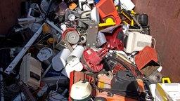 Elektroschrott in einem Container