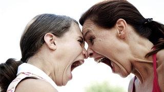 Tochter und Mutter schreien sich an