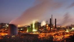Beleuchtetes Stahlwerk in Duisburg.