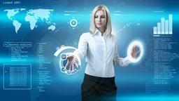 blonde junge Frau arbeitet an einer virtuellen Tafel mit ihren Händen.