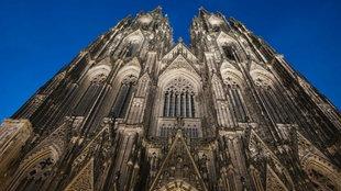 Der Kölner Dom angestrahlt bei Nacht.