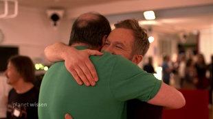 Zwei Männer umarmen sich.