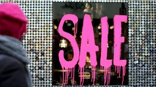 """Auf einem Schaufenster der Schriftzug """"Sale"""""""