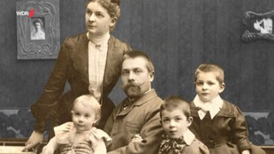 Schwarzweißfoto: Ein Vater mit seiner Frau und den drei Kindern