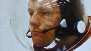 Neil Armstrong unter dem Helm seines Astronautenanzuges.