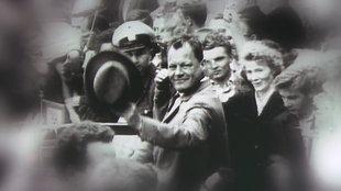 Willy Brandt in einer Menschenmenge