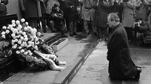 Willy Brandt geht vor dem Denkmal des Warschauer Ghettos auf die Knie