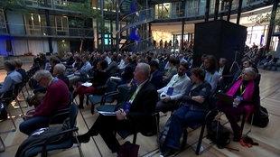 Versammlungsraum mit sitzenden Menschen