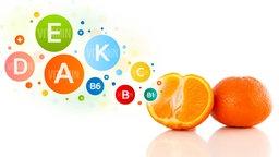 Grafik: Zwei Orangenhälften und bunte Vitamin-Symbole.