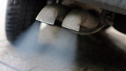 Abgase strömen aus Auto-Auspuff.