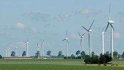 Drei große Windräder