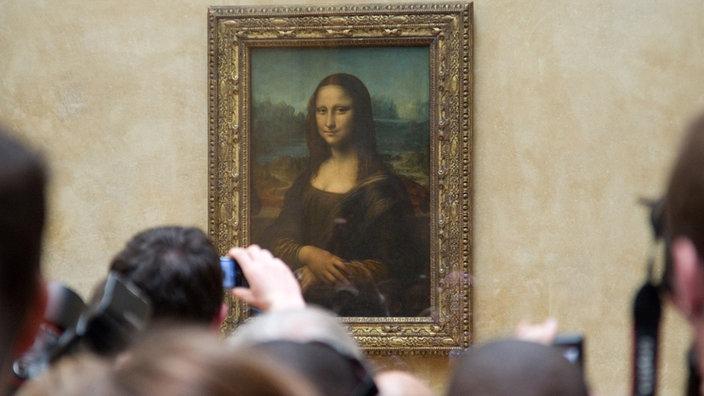 "pintura ""Mona Lisa"" en el Louvre rodeado de turistas"