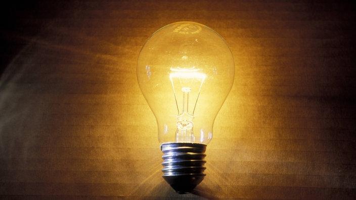 Leuchtende Glühbirne. Elektrizität