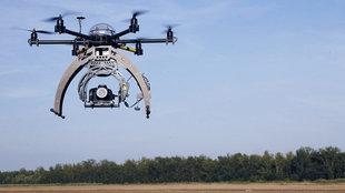 Drohne mit Kamera über einem Feld