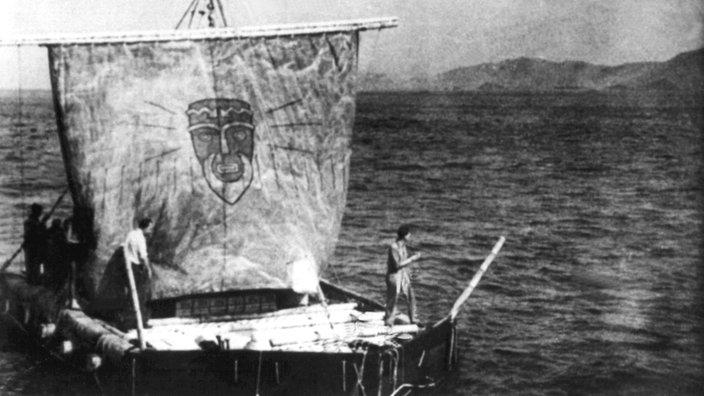 """Thor Heyerdahl en su balsa """"Kon Tiki"""" en 1947"""