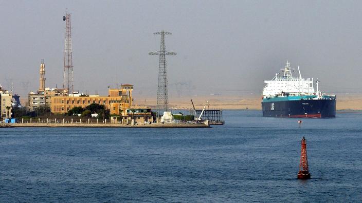 Ein Tankschiff verlässt den Suezkanal. Links ist die Stadt Suez zu sehen