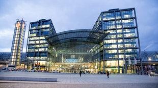 Eingang zum Hauptbahnhof Berlin, hell erleuchtet.