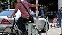 Fahrradfahrerin wartet an Ampel