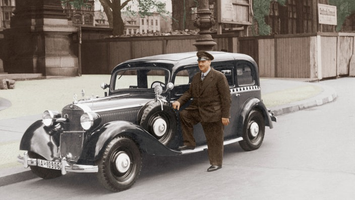 Taxifahrer und Taxi in Berlin 1930